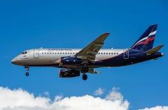 Een straalpassagiersvliegtuig in een blauwe hemel Royalty-vrije Stock Foto