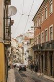 Een straat in de oude stad van Lissabon, rode dakbovenkanten, Portugal Royalty-vrije Stock Foto's