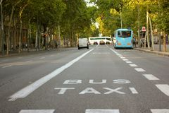 Een straat in de stad vroeg in de ochtend Stock Afbeelding