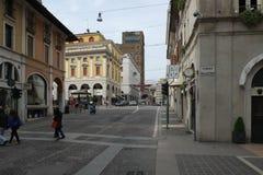 Een straat in de stadscentrum van Brescia met kleine winkels en koffie stock foto