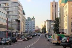 Een straat van Moskou in de zomer met vele gebouwen en geparkeerde auto's Royalty-vrije Stock Fotografie