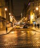 Een straat in Lissabon bij nacht Royalty-vrije Stock Afbeelding