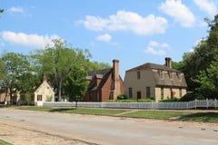 Een straat met koloniale huizen in de zomer stock foto