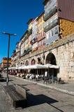 Een straat met restaurants langs de Douro-Rivier in Porto, Portugal stock afbeeldingen