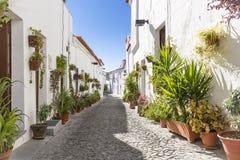 Een straat in Moura-stad met typische witte huizen, District van Beja, Portugal royalty-vrije stock fotografie
