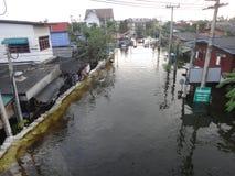 Een straat is overstroomd dichtbij Pathum Thani, Thailand, in Oktober 2011 Stock Foto's