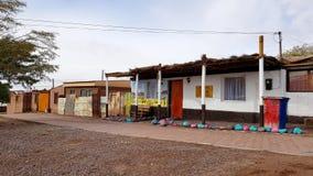 Een straat in San Pedro de Atacama met de typische adobehuizen, Chili royalty-vrije stock afbeelding