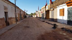 Een straat in San Pedro de Atacama met de typische adobehuizen, Chili stock foto's
