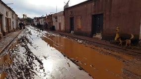 Een straat in San Pedro de Atacama na een zware regen, Chili stock foto's