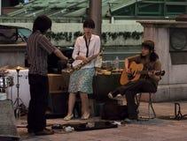 Een straatband treft voor prestaties in Osaka Japan voorbereidingen. Royalty-vrije Stock Foto's