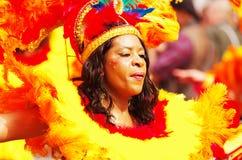 Een straatdanser bij de Heuvel Carnaval van Londen Notting stock foto's