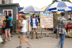 Een straatfotograaf die klanten zoeken Royalty-vrije Stock Afbeelding