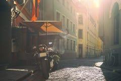 Een straatkoffie in de oude stad in de avond stock afbeeldingen