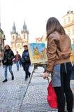Een straatschilder met haar het schetsen van Kerk van onze Dame Tyn ( Royalty-vrije Stock Fotografie
