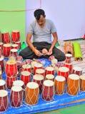 Een straatventer die muzikale instrumenten verkopen door de kant van de weg stock afbeeldingen