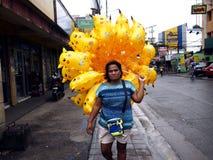 Een straatventer verkoopt pokemon gevormde ballons royalty-vrije stock foto