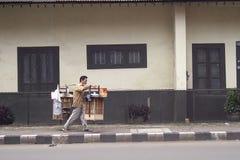 Een straatventer verkopend voedsel in Bogor-Stad stock foto