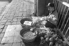 Een straatventer verkopende ananassen in Bogor-Stad Royalty-vrije Stock Foto's