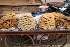 Een straatventer verkopende snoepjes buiten de tempel van Jagatpita Brahma Mandir Rama in Pushkar, India Royalty-vrije Stock Foto's
