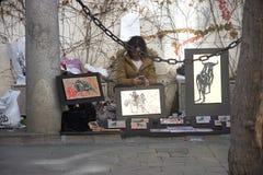 Een straatverkoper bij Kerstmis in de straten van Sevilla Stock Fotografie