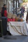 Een straatverkoper in Chrismas in de straten van Sevilla Stock Afbeelding