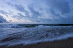 Een strand in de vroege ochtend stock fotografie