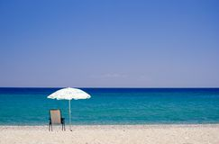 Een strand en een paraplu Royalty-vrije Stock Foto