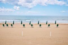 Een strand met paraplu's en zonbedden op kust royalty-vrije stock foto's
