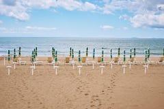 Een strand met paraplu's en zonbedden op kust stock foto's