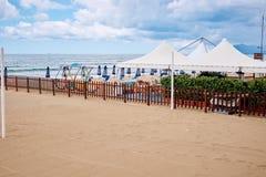 Een strand met paraplu's en zonbedden op kust royalty-vrije stock fotografie