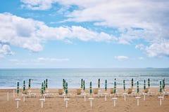 Een strand met paraplu's en zonbedden op kust royalty-vrije stock afbeeldingen