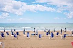 Een strand met paraplu's en zonbedden op kust stock foto