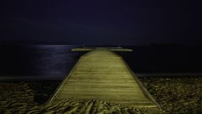 Een strand onder de sterren stock videobeelden