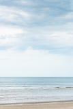 Een strand in Thailand met bewolkte hemel Achtergrond stock afbeelding