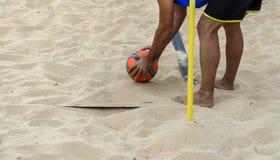 Een strandvoetballer die de bal plaatsen in een hoek stock foto's
