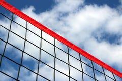 Een strandvolleyball netto op de achtergrond van blauwe hemel met wolken stock afbeeldingen