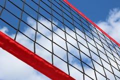 Een strandvolleyball netto op de achtergrond van blauwe hemel met wolken stock foto