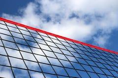 Een strandvolleyball netto op de achtergrond van blauwe hemel met wolken stock foto's