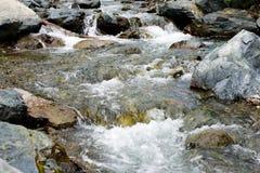 Een stroom in een berg stock afbeelding