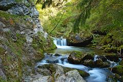 Een stroom van bergwater met verscheidene kleinere of grotere watervallen is een kenmerk van toerisme in de vallei prosiek-Kvacan stock afbeeldingen