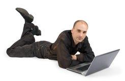 Een student dat met laptop werkt Stock Foto's