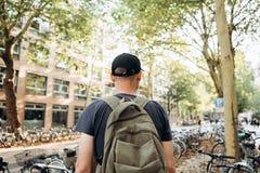 Een student met een rugzak of een toerist op de Straat van Leipzig in Duitsland stock afbeelding