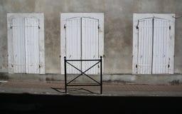 Een studie van oude houten deuren, shuttered stock afbeeldingen