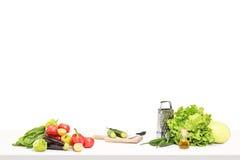 Een studio die van een lijsthoogtepunt wordt geschoten van ingridients voor het voorbereiden van salade royalty-vrije stock foto