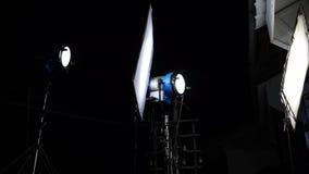 Een studiolicht en een reflector stock videobeelden