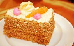 Een stuk amandelen koekt met oranje fruit op witte plaat royalty-vrije stock foto's