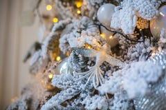Een stuk speelgoed in de vorm van een vogel op een verfraaide Kerstboom Royalty-vrije Stock Foto's