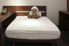 Een stuk speelgoed draagt op het bed stock foto