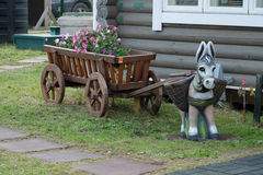 Een stuk speelgoed ezel met houten kar Royalty-vrije Stock Afbeeldingen