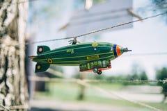 Een stuk speelgoed luchtschip hangt op een koord stock afbeeldingen